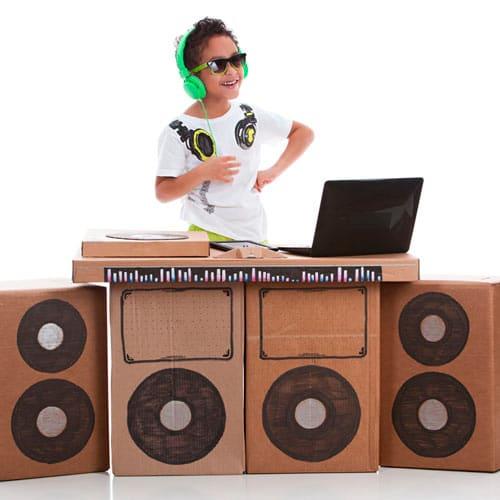 Consolle in cartone per un bimbo DJ