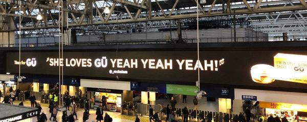 Cartellone digitale alla stazione di Waterloo Londra per Gü