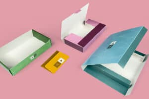 Flat and capacitive envelope, self- assembly tray and mailing folder