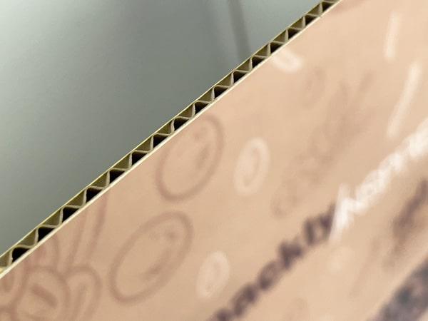 Soggettiva sullo spessore in ondulato della scatola americana